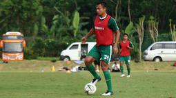 Pemain baru Persebaya Surabaya, Arif Satria, mengontrol bola saat latihan di Lapangan Yogyakarta Independent School, Sleman, Kamis (23/1). Latihan ini persiapan jelang Liga 1 Indonesia 2020. (Bola.com/Aditya Wany)
