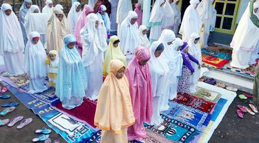 Sejumlah jamaah Aboge (Alif Rebo Wage) baru merayakan Idul Fitri pada Rabu (30/7/2014). (ANTARA FOTO/Adhitya Hendra)