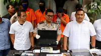 Kabid Humas Polda Metro Jaya Komisaris Besar Polisi Argo Yuwono menunjukkan laptop beserta barang bukti lainnya kasus ilegal akses terhadap sistem elektronik di Polda Metro Jaya, Jakarta, Selasa (13/3). (Liputan6.com/Immanuel Antonius)