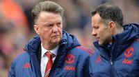 Pelatih MU, Louis van Gaal, berdiskusi dengan Ryan Giggs, usai timnya tertinggal 0-2 dari Stoke pada lanjutan Liga Inggris. (AFP/Paul Ellis)