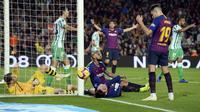 Arturo Vidal gagal memanfaatkan peluang emas di mulut gawang Real Betis laga lanjutan La Liga 2018/19 yang berlangsung di stadion Camp Nou. Barcelona kalah 3-4. (AFP/Josep Lago)