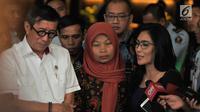 Politikus PDIP Rieke Diah Pitaloka (kanan) memberi keterangan usai menemani terpidana kasus pelanggaran ITE Baiq Nuril bertemu Menkumham Yasonna Laoly di Kantor Menkumham, Jakarta, Senin (8/7/2019). Pertemuan Baiq Nuril dan Yasonna Laoly untuk membahas pemberian amnesti. (merdeka.com/Iqbal Nugroho)