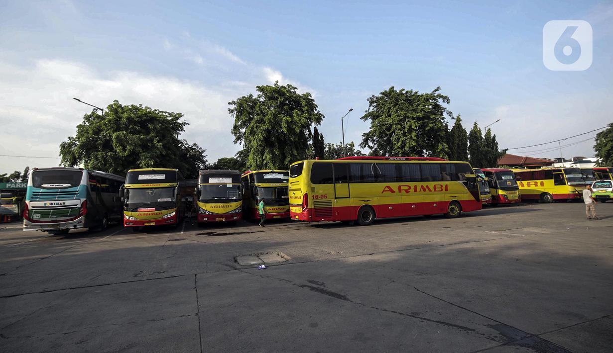 Aktivitas yang sepi dari penumpang di Terminal Kalideres, Jakarta Barat, Kamis (29/10/2020). Memasuki libur panjang Maulid Nabi Muhammad SAW, masih belum terlihat lonjakan penumpang yang signifikan di Terminal Kalideres. (Liputan6.com/Johan Tallo)