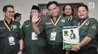 Ketua Umum Partai Bulan Bintang (PBB) Yusril Izha Mahendra tiba untuk menyerahkanberkas bakal caleg di Gedung KPU, Jakarta, Selasa (17/7). PBB daftarkan 490 bakal caleg. (Merdeka.com/Iqbal S Nugroho)