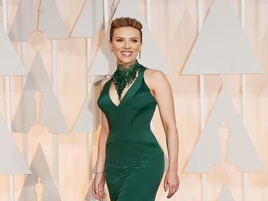 Potongan sederhana dipadukan dengan aksesoris senada dan heels hitam, penampilan Scarlett sangat menawan. (Kapanlagi.com/AFP)