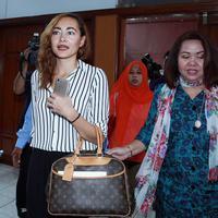 """Alasannya mimpi dan visi misi ke depan tidak sama, daripada gak cocok terus-terusan, nanti ribut terus-terusan, kasihan anak-anak ya, gak sehat juga,"" kata Dewi Rezer di Pengadilan Negeri Jakarta Selatan, Ampera, Jakarta. (Deki Prayoga/Bintang.com)"