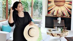 Saat sedang berlibur, pemain film Mendadak Dangdut ini tetap tampil memukau. Menggunakan dress berwarna hitam, gaya casual Titi Kamal terlihat manis dan stylish. (Liputan6.com/IG/@titi_kamall)
