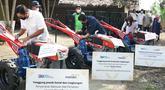 Dirut Bank Mandiri Darmawan Junaidi, Menteri BUMN Erick Thohir dan dan Wadirut Bank Mandiri Alexandra Askandar saat menandatangani Hand Tractor di Pamarican, Ciamis Minggu (13/6/2021). Bank Mandiri menyerahkan 14 Hand Tractor kepada kelompok tani senilai total Rp450 juta. (Liputan6.com/HO/Mandiri)