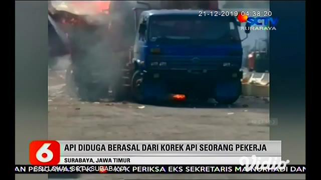 Truk kontainer meledak dan terbakar di Depo PT Tanto Intim Line, Jalan Tanjung Emas Surabaya, Jumat (20/12). Insiden itu menyebabkan enam orang terluka.