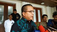 Denny Indrayana menemui Menko Polhukam Mahfud Md, Kamis (21/11/2019). (Liputan6.com/ Putu Merta Surya Putra)