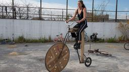 "Wanita mengendarai sepeda modifikasi selama mengikuti acara ""Bike Kill 12"" di New York City, Amerika Serikat, (31/10/2015). Acara ini merupakan ajang kumpul para penyuka modifikasi sepeda yang nantinya akan dipilih yang terbaik. (REUTERS/Keith Stephanie)"
