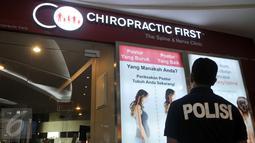 Ditreskrimum Polda Metro Jaya mengamati klinik Chiropractic First di FX Senayan, Jakarta, Kamis (7/1). Dinkes DKI bersama Polda Metro Jaya menyegel sejumlah cabang klinik Chiropractic First yang diduga melakukan malapraktik. (Liputan6.com/Gempur M Surya)