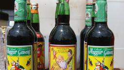 Barang bukti miras diperlihatkan saat rilis di Polres Metro Jakarta Utara, Jumat (6/4). Polres Metro Jakarta Utara berhasil menyita 4.314 botol miras dari berbagai merek dan mengamankan satu orang tersangka. (Liputan6.com/Arya Manggala)
