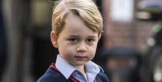 Pangeran George, putra sulung Pangeran William dan Kate Middleton ini tengah menunggu momen membahagiakan di hari Natal. Sebagi anak kecil yang menggemaskan, ternyata pangeran cilik ini punya sebuah permintaan. (AFP/Richard Pohle)