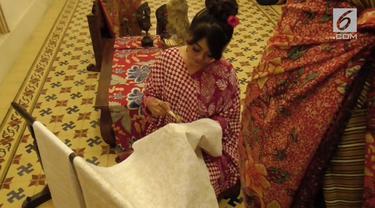 Menyambut Hari Batik Nasional, para perajin mengeluhkan hasil produksi batik yang semakin menurun akibat bahan baku impor yang semakin mahal.