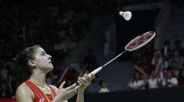 Tunggal putri Spanyol, Carolina Marin, memainkan kok saat melawan tunggal Korsel. (Bola.com/M. Iqbal Ichsan)