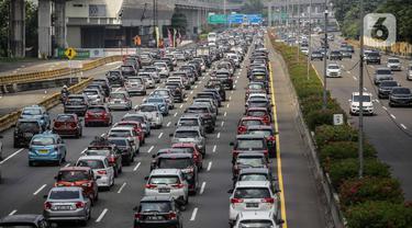 FOTO: Tol Jagorawi Dipadati Kendaraan Menuju Bogor
