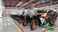 Motor KTM terpajang di pabrik, siap dijual (Foto: Visordown).