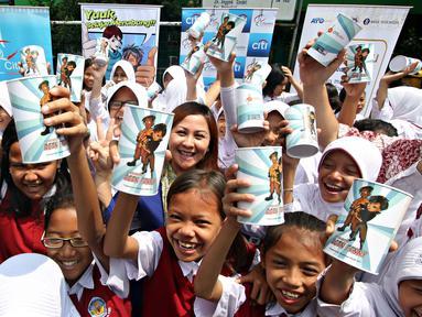 Anak-anak SD menunjukkan celengan dalam Program Petualangan Agen Penny, Cililitan, Jakarta, Selasa (10/11/2015). Program tersebut bertujuan untuk meningkatkan literasi keuangan bagi anak-anak usia Sekolah Dasar. (Liputan6.com/Immanuel Antonius)