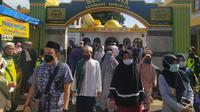 Dengan mematuhi protokoler kesehatan, nampak jamaan telah menyelesaikan salah satu kegiatan TQN di pontren Suryalaya, Tasikmalaya, Jawa Barat. (Liputan6.com/Jayadi Supriadin)