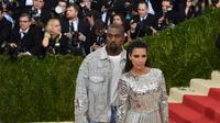 """""""Kim Kardashian berencana untuk menawaran Meghan dan Harry konser private Kanye setelah tahu sang pangeran adalah penggemar suaminya,"""" lanjut sumber tersebut. (TIMOTHY A. CLARY/AFP)"""