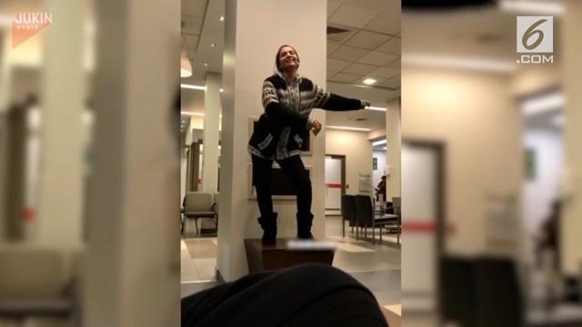 Untuk menghilangkan rasa bosan saat menunggu di rumah sakit, gadis ini memutuskan naik ke atas meja dan mulai menari. Namun, hal yang tak diinginkan terjadi.