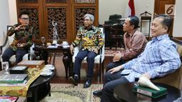 Artis Eko Hendro Purnomo (Eko Patrio) yang juga Ketua DPW PAN DKI Jakarta bersama komedian saat melakukan pertemuan di Kemenlu Jakarta, Jumat (9/2). Para komedian berharap ada solusi untuk dua komedian asal Jawa Timur tersebut. (Liputan6.com/Fery Pradolo)