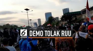 Demo mahasiswa dan pelajar kembali terjadi di kawasan Gedung DPR, Senayan, Jakarta. Massa juga menutup Tol Dalam Kota yang berada di depan Gedung DPR Jakarta.
