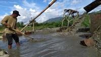 Banjir bandang yang melanda Bone Bolango, Gorontalo, menyisakan sedikit berkah bagi para pendulang pasir tradisional. (Liputan6.com/ Arfandi Ibrahim)