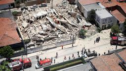 Petugas pemadam kebakaran mencari korban setelah sebuah bangunan runtuh di Fortaleza, negara bagian Ceara, Brasil, Selasa (15/10/2019). Petugas penyelamat menyebut 10 orang dinyatakan hilang, sedangkan 7 orang ditemukan dalam keadaan hidup. (Gustavo Pellizzon/Diario do Nordeste via AP)