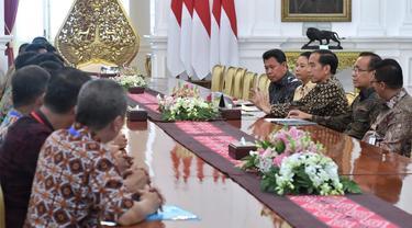 Perwakilan serikat pekerja PTPN bersama Menteri BUMN dan Dirut Holding Perkebunan Nusantara diterima Presiden Joko Widodo di Istana Merdeka di Jakarta.
