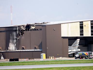 Kerusakan terlihat setelah pesawat bermesin ganda menabrak hanggar di Bandara Addison, Addison, Texas, AS,  Minggu (30/6/2019). Pesawat King Air 350 jatuh dan menewaskan 10 orang. (Shaban Athuman/The Dallas Morning News via AP)