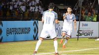 Striker Timnas Filipina, Patrick Reichelt, merayakan gol ke gawang Vietnam bersama Philip Younghusband di Stadion Panaad, Bacolod City, pada leg pertama semifinal Piala AFF 2018 (2/12/2018). (Bola.com/Dok. AFF Suzuki Cup)