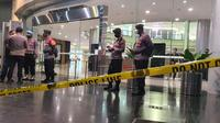 Mal Margo City Depok dipasang garis polisi usai ledakan keras akibat lift barang dan plafon jatuh. (Liputan6.com/Dicky Agung Prihanto)