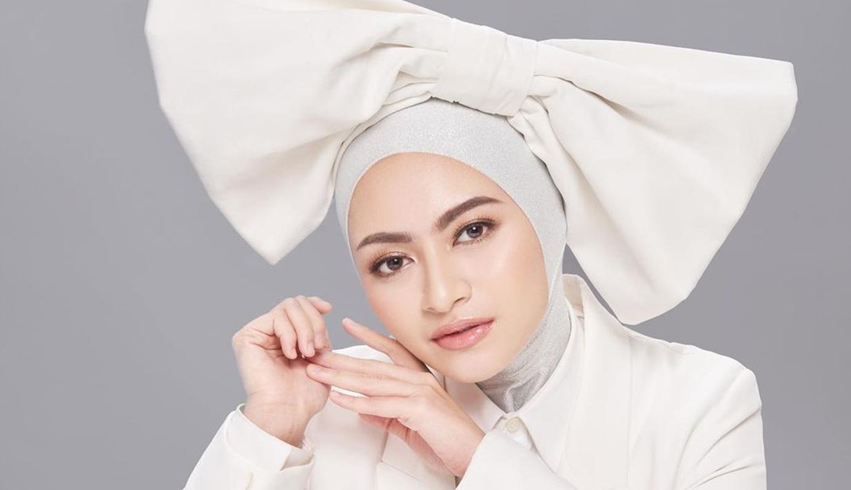 Wanita kelahiran 1992 ini kian menawan setelah menikah dengan Sule dan memutuskan untuk mantap berhijab. Berbagai gaya hijab pun ia bagikan lewat Instagram miliknya. (Liputan6.com/IG/@nathalieholscher)