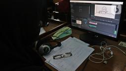 Siswa SMKN 31 melaksanakan Uji Sertifikasi Kompetensi (USK) bagi para siswa kelas XII di SMK PB Soedirman, Jakarta, Selasa (6/4/2021). Siswa yang lulus akan mendapat sertifikat kompetensi yang dapat dipergunakan sebagai bekal saat terjun ke dunia kerja. (Liputan6.com/Herman Zakharia)