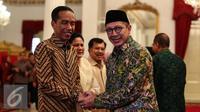 Presiden Joko Widodo bersalaman dengan Menteri Agama Lukman Hakim Saifuddin dalam Silaturahmi Idul Fitri 1437 H di Istana Negara, Jakarta, Senin (11/7). (Liputan6.com/Faizal Fanani)