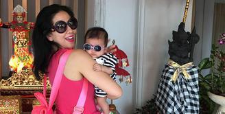 Kebahagiaan Venna Melinda belakangan ini semakin bertambah dengan hadirnya bayi mungil berjenis kelamin perempuan, Vania Athabina. Sejak mengangkat Vania sebagai anaknya, Venna  terus perjuangkan hak asuh tersebut. (Instagram/venna.melinda)