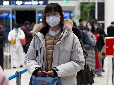 Penumpang wanita menunggu untuk check in di Bandara Liuji di Kota Xiangyang, Provinsi Hubei, China (29/3/2020). Layanan penerbangan penumpang domestik kembali beroperasi di Hubei, wilayah yang sempat terdampak COVID-19, kecuali layanan di Bandara Internasional Tianhe Wuhan. (Xinhua/Xie Jianfei)