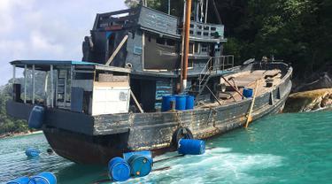 Sebuah perahu yang mengangkut muslim Rohingya ditemukan terdampar di Taman Nasional Laut Tarutao, Pulau Rawi, Thailand Selatan pada 11 Juni 2019. Sebanyak 65 muslim Rohingya ditemukan dalam kapal yang nyaris karam. (HO/DEPARTMENT OF NATIONAL PARKS, WILDLIFE AND PLANT CONSERVATION (DNP)/AFP)