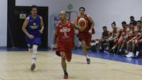 Pemain Timnas Basket Indonesia, Mario Wuysang, saat bertanding melawan Satria Muda saat laga uji coba di Tangerang, Jumat (21/7/2017). Timnas Basket menang 82-87 atas Satria Muda. (Bola.com/M Iqbal Ichsan)