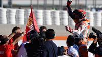 Pembalap Spanyol Repsol Honda, Marc Marquez meluapkan kegembiraannya setelah memenangkan balapan seri ke 18 MotoGP Grand Prix Valencia di Sirkuit Ricardo Tormo, Valencia (12/11). Pemenang MotoGP Valencia yakni Dani Pedrosa. (AFP PHOTO / Jose Jordan)