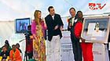 John Travolta dan keluarganya pergi ke Afrika Selatan untuk membantu yayasan amal untuk anak-anak yang didirikan oleh Nelson Mandela.