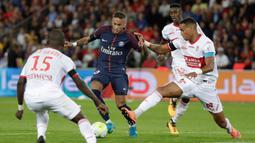 Striker PSG, Neymar Jr, berusaha melewati beberapa pemain Toulouse pada laga Liga 1 Prancis, di Stadion Parc des Princes, Senin (21/8/2017). PSG menang 6-2 atas Toulouse. (AFP/Thomas Samson)