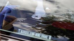 Seorang pelayat mencium peti dari jenazah pesepak bola Nantes, Emiliano Sala, saat tiba di Club Atletico, Santa Fe, Sabtu (16/2). Emiliano Sala meninggal dunia setelah kecelakaan pesawat. (AFP/Juan Mabromata)
