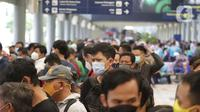 Calon penumpang kereta api jarak jauh antre untuk melakukan tes Genose atau Antigen di Stasiun Pasar Senen, Jakarta, Sabtu (1/5/2021). Jelang batas pelarangan mudik lebaran 2021 pada 6 hingga 17 Mei 2021, Stasiun Pasar Senen dipadati calon penumpang. (Liputan6.com/Helmi Fithriansyah)