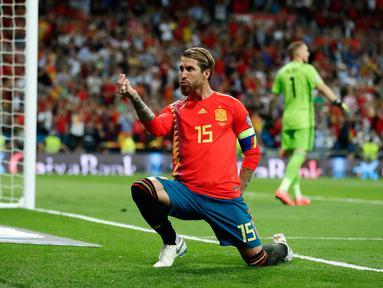 Bek Spanyol Sergio Ramos melakukan selebrasi usai mencetak gol ke gawang Swedia dalam laga kualifikasi Grup F Piala Eropa 2020 di Stadion Santiago Bernabeu, Madrid, Senin (10/6/2019). Spanyol membantai Swedia 3-0. (AP Photo/Manu Fernandez)