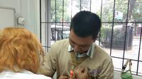 Dokter hewan Dian Novita Wijayanti sedang menyuntikkan microchip ke seekor anjing di Jakarta pada MInggu (30/9/2019) (Liputan6.com/Giovani Dio Prasasti)