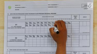 Petugas KPPS menghitung jumlah suara Pilpres 2019 di TPS 02 Selong, Kebayoran Baru, Jakarta Selatan, Rabu (17/4). TPS 02 Selong merupakan lokasi cawapres nomor urut 02 Sandiaga Uno menggunakan hak suaranya. (Liputan6.com/JohanTallo)