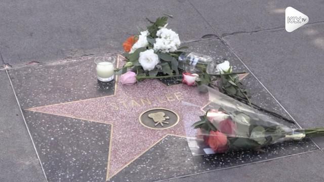 Stan Lee, Bapak tokoh komik Marvel meninggal hari ini. Fans langsung meletakan karangan bunga belasungkawa untuk Stan Lee.